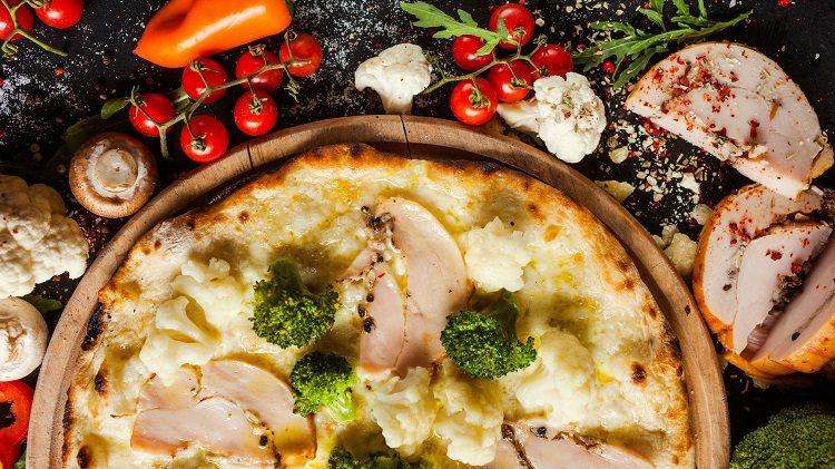 Esta masa de pizza puedes cubrirla y guardarla en la nevera hasta 2 días