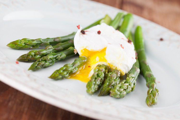 Los espárragos es un alimento muy saludable y si lo combinas con huevos escalfados y parmesano