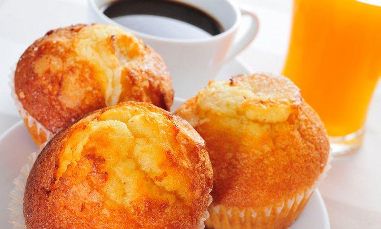 Así de fácil tendremos unas deliciosas magdalenas caseras, aptas para el desayuno y la merienda