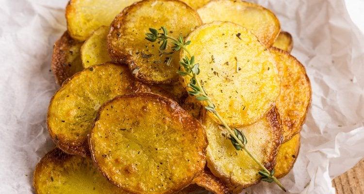 Para esta receta debemos rebozar las patatas, una vez estén cocidas