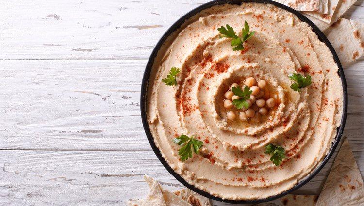 El hummus es un puré de garbanzos muy popular en países árabes