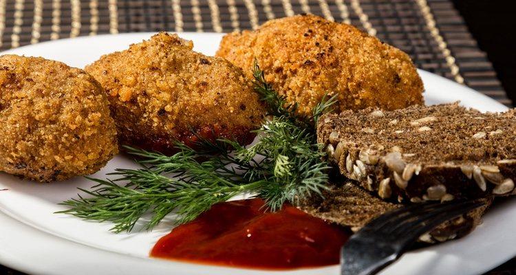 Los filetes rusos combinan muy bien tanto con tomate natural como con cualquier salsa