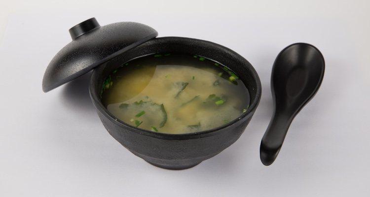 El caldo dashi, las algas y el tofu son los ingredientes más característicos de este plato japonés