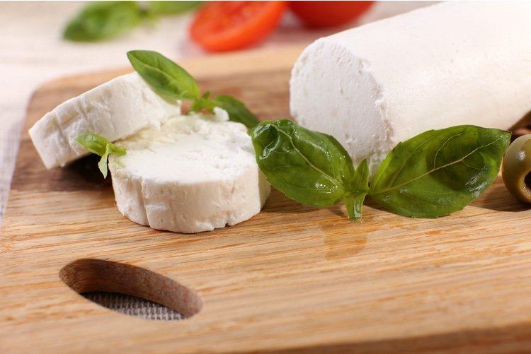Corta el queso de cabra en medallones y coloca un par de ellos sobre la tortita