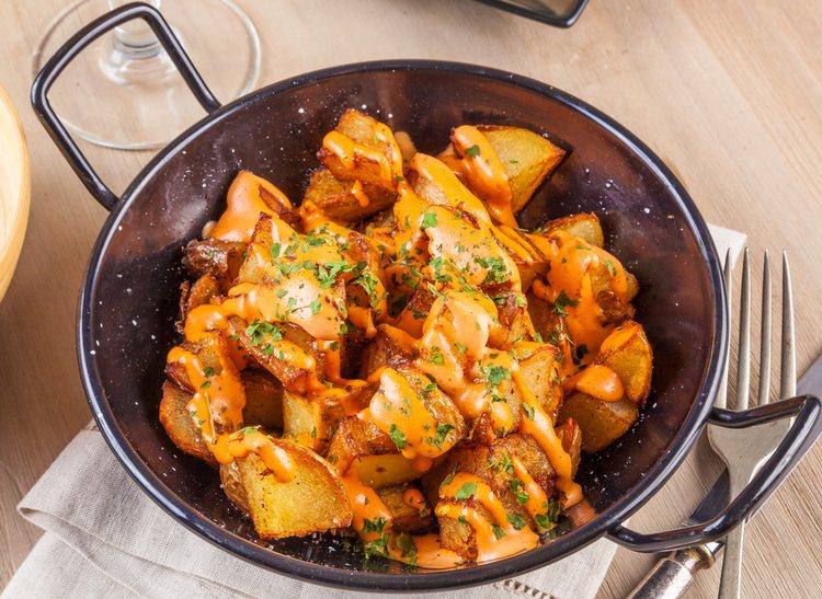 Las patatas bravas son una tapa típica en muchas provincias españolas