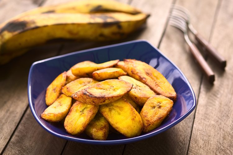 El plátano se puede cortar del grosor que se prefiera: cuanto más fino, más crujiente