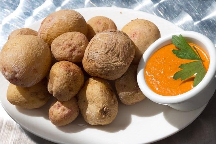 Sirve las papas <a href='https://www.bekiacocina.com/recetas/tortilla-de-patatas-vegana/'>muy calientes</a> y acompaña con la salsa que prefieras