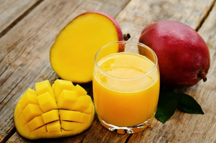 Trocea tu mango pequeño paar triturarlo mejor