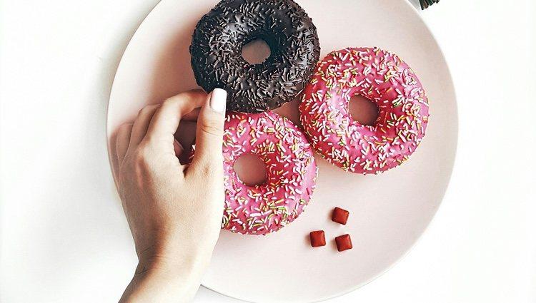 Cubre tus donuts con lo que más te guste: azúcar, chocolate, sirope...