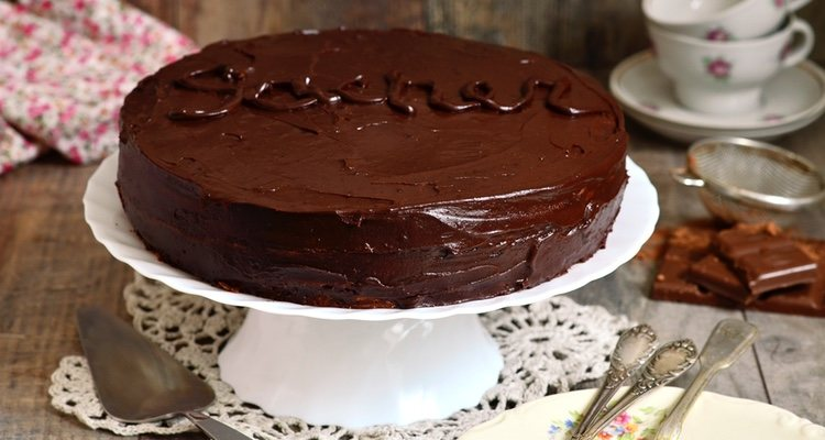 Con ayuda de una manga pastelera, escribe la palabra Sacher