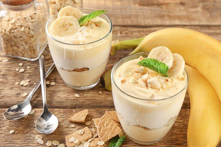 Puedes añadir trozos de plátano y cacahuetes al emplatar