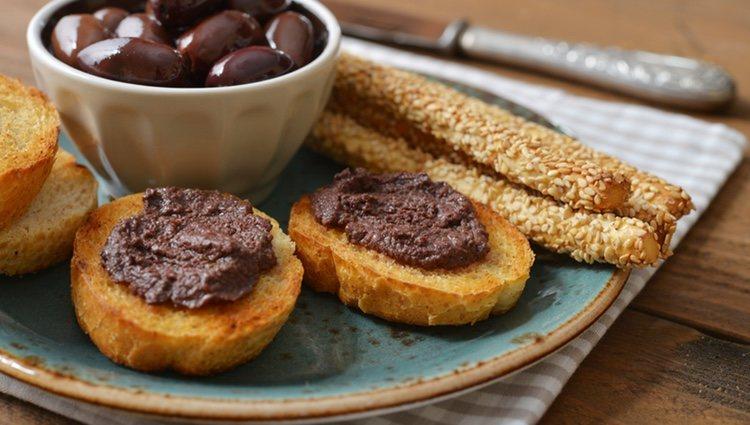 El pate de aceitunas negras es un entrante ideal para platos a base de carne