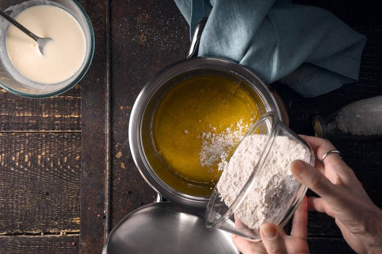 El roux consiste en mezclar harina con mantequilla fundida