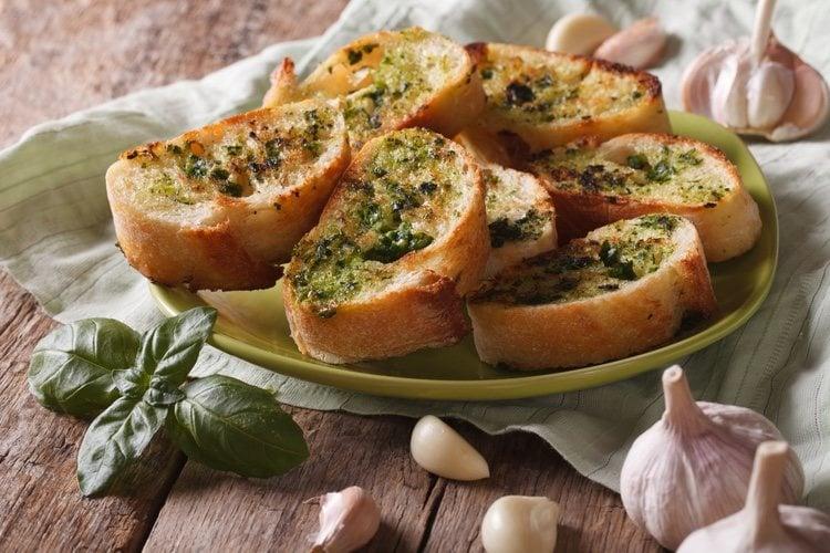 El pan de ajo tiene una preparación rápida y sencilla
