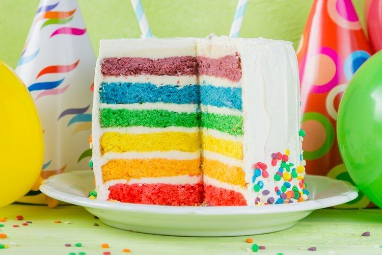Puedes decorar tu tarta multicolor con birutas de colorines, chocolato u otro elemento que consideres oportuno