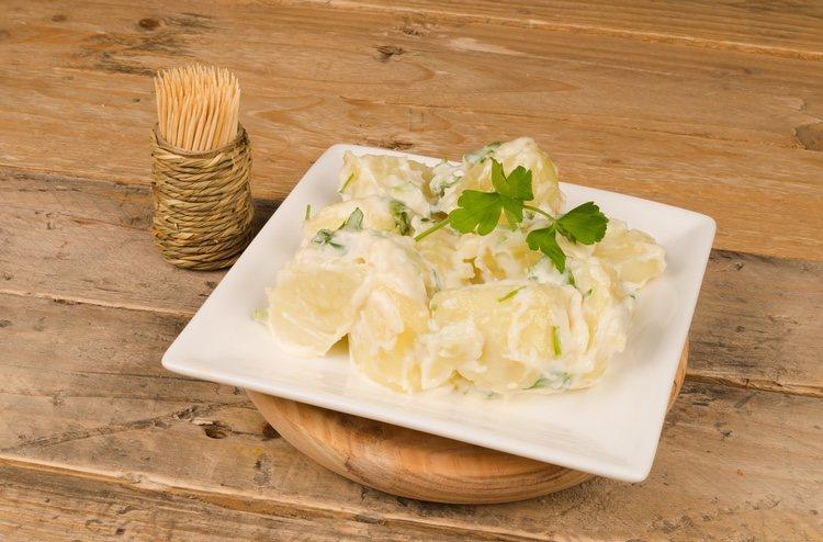 Las patatas alioli son un plato tradicional de picoteo