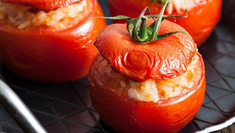 Una buena opción para vegetarianos es cambiar el relleno del tomate por arroz
