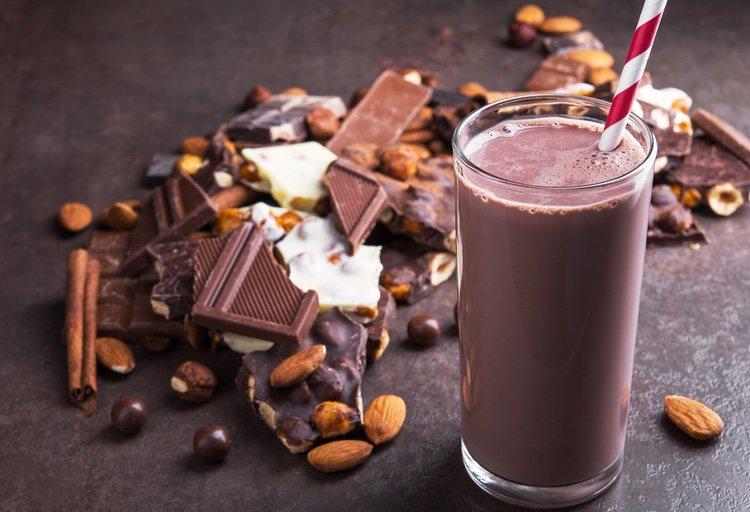 Tan solo será necesario batir todos los ingredientes y tendrás un refrescante batido de chocolate y caramelo