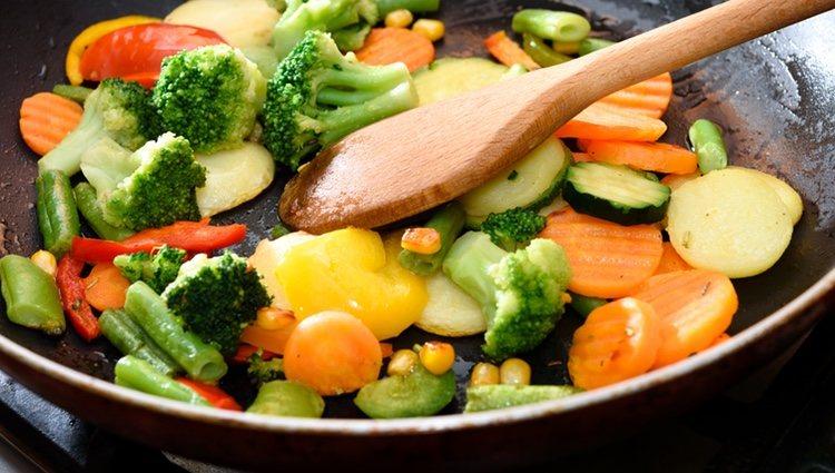 Consiste en verduras cocinas y luego salteadas