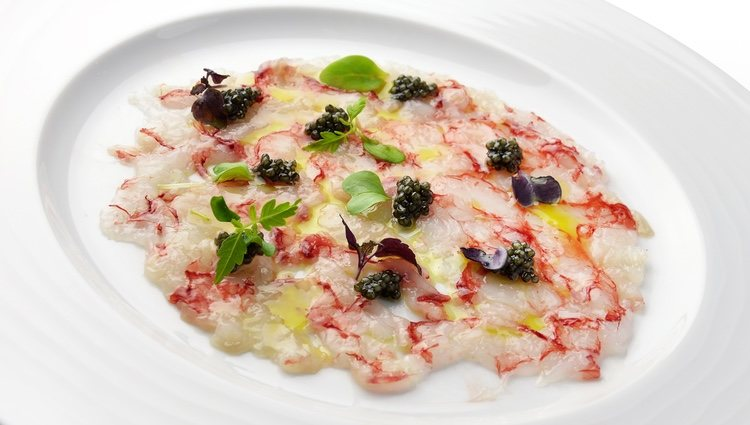 El carpaccio de langostinos es un entrante perfecto para cualquier comida o cena de pescado