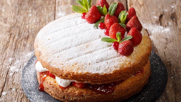 El pastel se puede decorar con azúcar glas y fresas