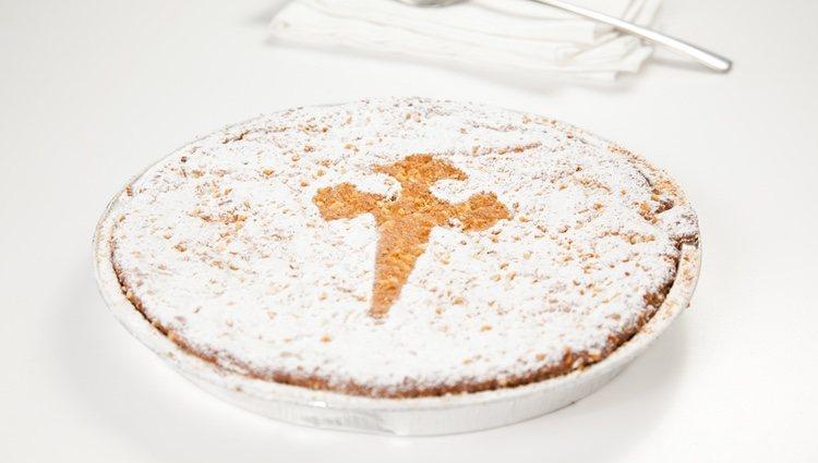La tarta se decora con la Cruz de Santiago de Compostela