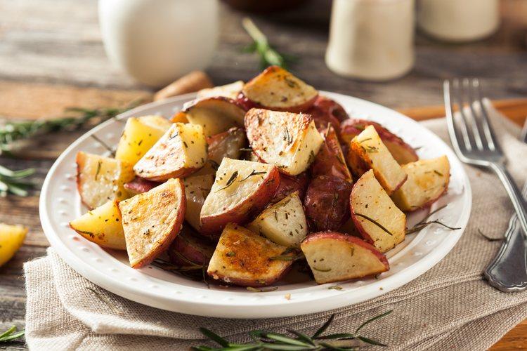 Las patatas se pueden acompañar con huevos fritos para darle consistencia