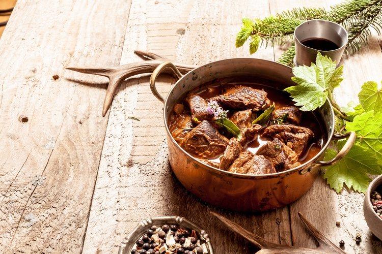 Una de las maneras más frecuentas de cocinar el corzo es añadir un aliño de especias, aceite y huevo para hacer un rico tartar
