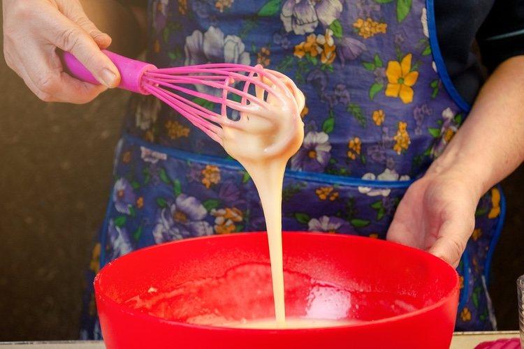 Para elaborar el relleno se mezcla el azúcar glass con el queso crema