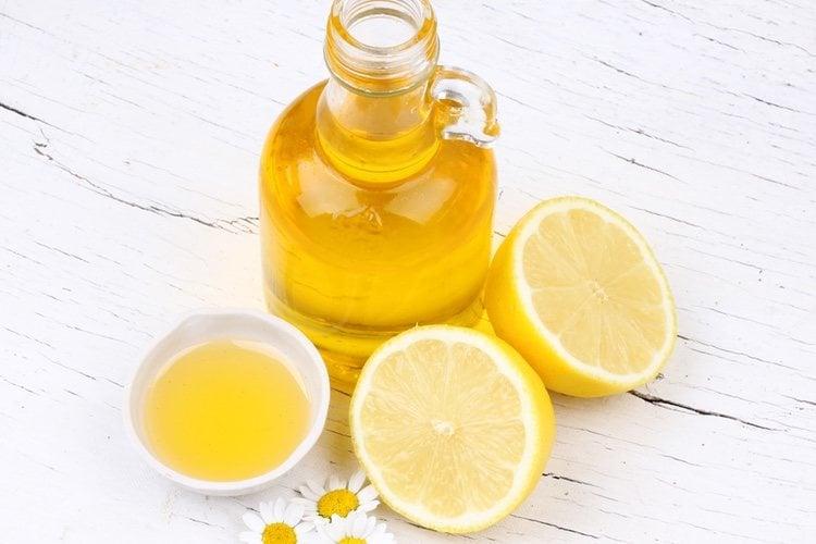 Quita por completo la cáscara del limón sin romperla demasiado