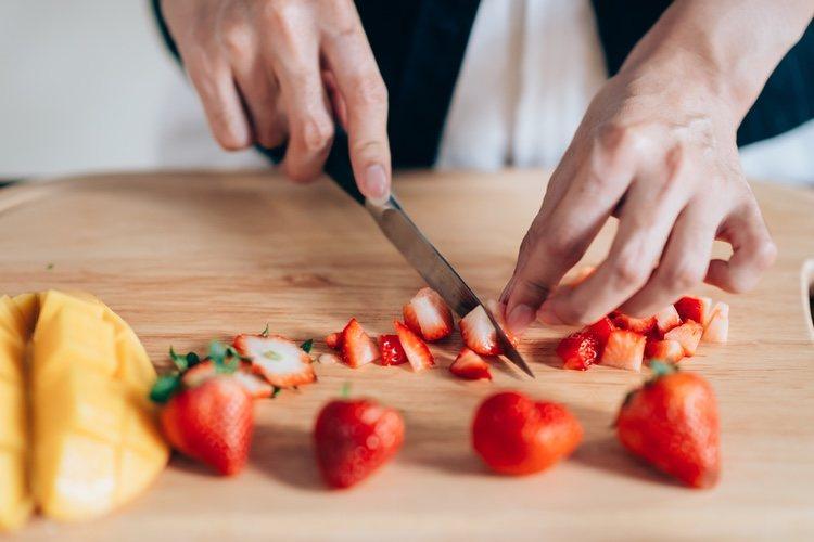 Se debe lavar bien la fruta antes de empezar a elaborar el frappé