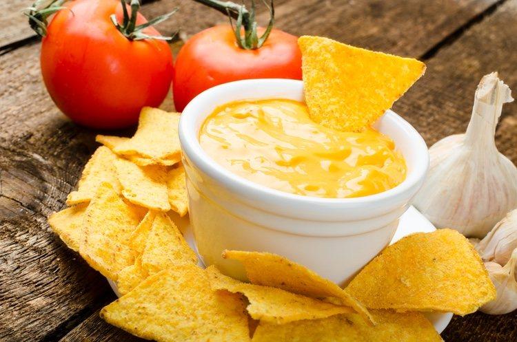 Los nachos son pequeños triángulos de tortilla de maíz que se fríen o tuestan para conseguir una textura crujiente