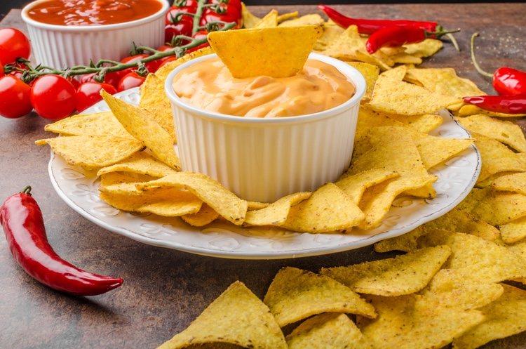 Prepara nachos con una cremosa salsa de queso con chorizo que te hará perder la cabeza