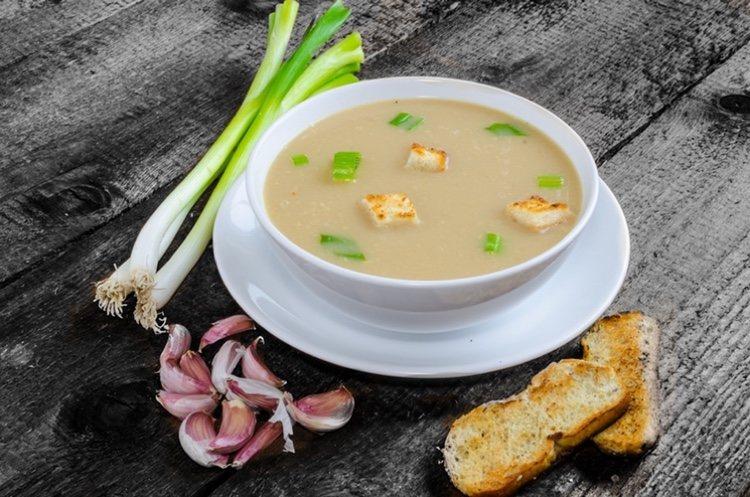 El jamón le da un toque de sabor diferente a la sopa de ajo