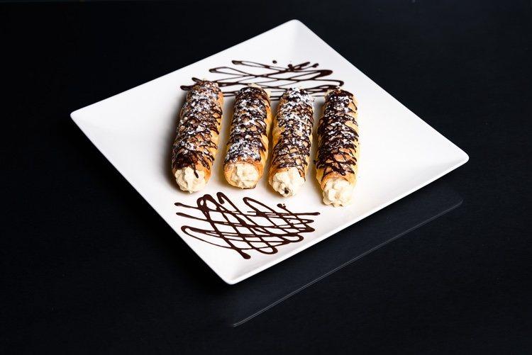 Los canutillos de Sumbilla son pequeñas cañas de masa crujiente rellenas de crema pastelera