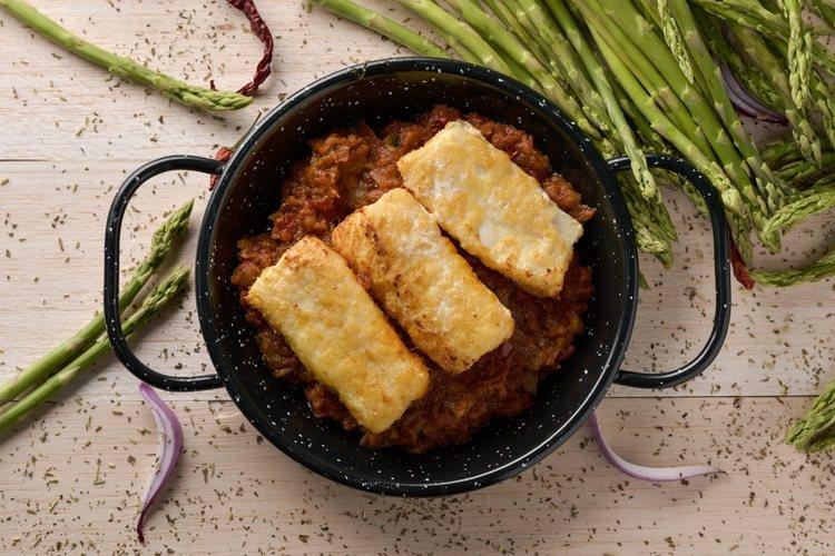 El bacalao a la vizcaína se debe acompañar con un buen trozo de pan para mojar la en salsa