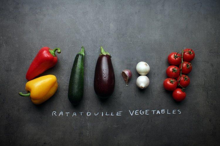 Lava, corta y coloca las verduras en forma de espiral