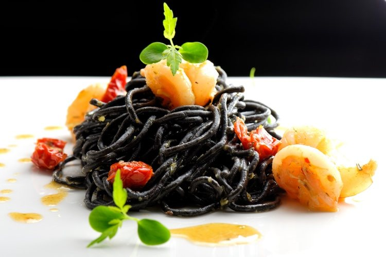 También puedes encontrar macarrones y otros tipos de pasta con este color y sabor marino