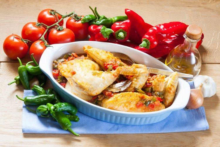 El pollo al chilindrón se trata de un pollo en una deliciosa salsa con pimientos y tomate, jamón serrano y un punto de ajo riquísimo