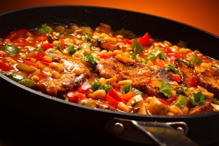Deberás estar pendiente y remover para que los ingredientes no se queden pegados al fondo de la olla