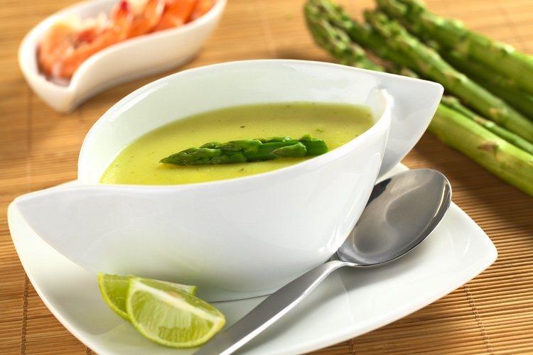 La crema de espárragos verdes es una receta rápida, sencilla y ayuda a mantener la línea