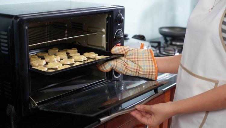 Calentar la mantequilla en el microondas o a temperatura ambiente