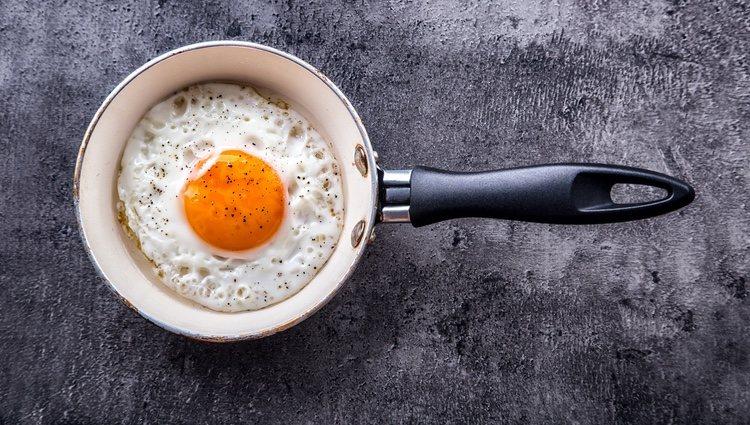Fríe el huevo intentando que mantenga una forma circular