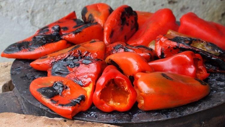 Los pimientos asados los puedes elaborar de forma casera o comprarlos ya hechos