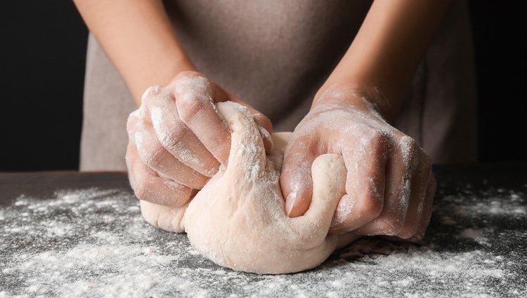 Una vez reposada, la masa estará lista para amasar y dar forma de churros