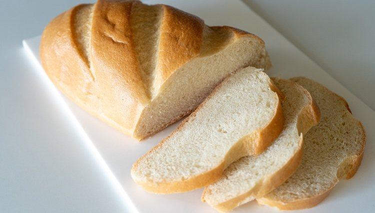 Puedes usar una panificadora para amasar la mezcla de tus panes de leche