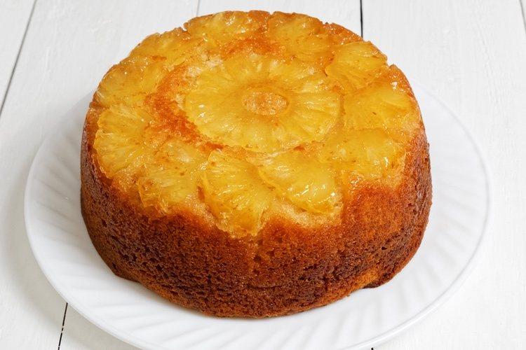 La tarta de piña lleva una base de galleta