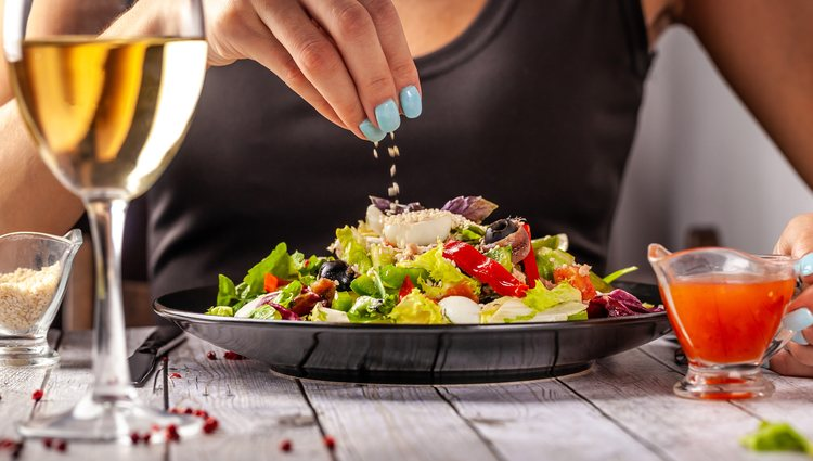 El último paso para una ensalada perfecta es aliñarla