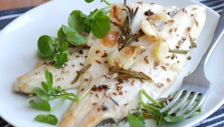Una vez horneada se pone por encima el sofrito de ajos y el perejil, poniendo el pescado abierto por la mitad