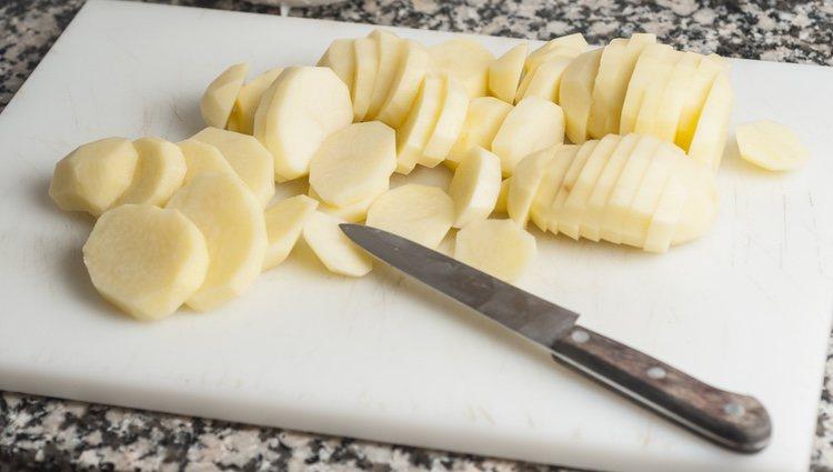 Las patatas se cortan a la panadera, en rodajas de medio centímetro de grosor